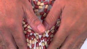 Sort de capsules prenant par deux mains clips vidéos