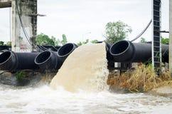 Sort de conduite d'eau. Images stock
