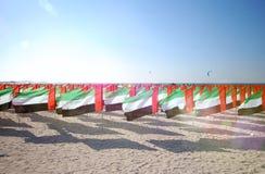 Sort de drapeaux Emirats Arabes Unis pour la célébration d'anniversaire sur la plage Sun Ray Photographie stock