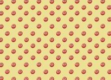 Sort de grandes tomates mûres rouges fraîches saines organiques sur le fond jaune Image stock