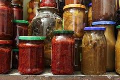 Sort de légumes en boîte dans le pot photo stock