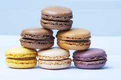 Sort de macarons français milticolored, plan rapproché Image libre de droits
