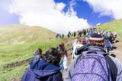 Sort de montée de touristes les montagnes d'arc-en-ciel du Pérou Photographie stock libre de droits