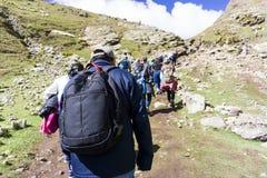 Sort de montée de touristes les montagnes d'arc-en-ciel du Pérou Photographie stock
