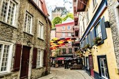 Sort de parapluies dans la petite rue Québec, Canada de Champlain image libre de droits