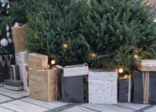 Sort de présents sous l'arbre de nouvelle année Images stock