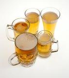 Sort de verres de bière blonde sur le fond blanc photo libre de droits
