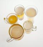 Sort de verres de bière blonde sur le fond blanc photos libres de droits