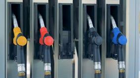 On sort le canon à gaz vert de la pompe à essence Essence, gaz, carburant, concept de pétrole banque de vidéos
