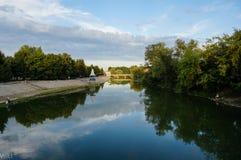 Sort på en berså och en bro Royaltyfri Foto
