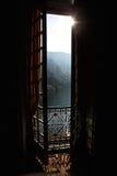 Sort till och med ett fönster på berglandskap Royaltyfri Fotografi