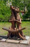 Sortavala, República de Karelia, Rusia - 12 de junio de 2017: Un banco bajo la forma de objeto del arte - perro y gato Fotos de archivo libres de regalías