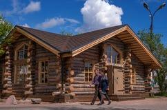 Sortavala, Repubblica di Carelia, Russia - 12 giugno 2017: Negozio di ricordo in una casa di legno dai ceppi Nella priorità alta  Fotografia Stock