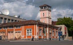 Sortavala republik av Karelia, Ryssland - Juni 12, 2017: Byggnaden av den tidigare brandstationen på den Karelian gatan Royaltyfria Foton