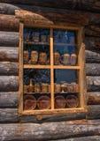 Sortavala republik av Karelia, Ryssland - Juni 12, 2017: Fönstersouvenir shoppar i ett trähus av journaler Arkivfoton