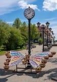 Sortavala republik av Karelia, Ryssland - Juni 12, 2017: Offentlig trädgård med en stadsklocka och en dekorativ rabatt Arkivbilder