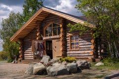 Sortavala republik av Karelia, Ryssland - Juni 12, 2017: Souvenir shoppar i ett trähus från journaler Royaltyfri Foto