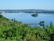 Sorte sur Dniepr avec Taras de montagne Image stock
