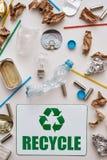 Sorteer uw huisvuil Verfrommel folie, document en plastiek stock foto's