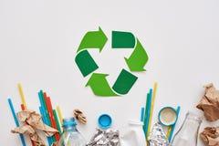 Sorteer uw huisvuil Verfrommel folie, document en plastiek stock fotografie