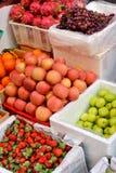 Sorter av ny frukt i försäljning Royaltyfria Bilder