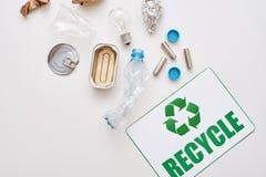Sortera din avskräde Skrynkla folie, papper och plast- royaltyfri bild