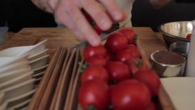 Sortera tomater vid händer arkivfilmer