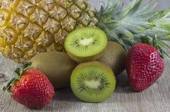 Sorterad jordgubbar, kiwi och ananas royaltyfria foton