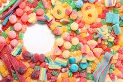Sorterad variation av sura godisar inkluderar extrema sura tuggningar för mjuk frukt, tangenter, syrliga godisbälten och sugrör fotografering för bildbyråer