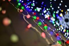 Sorterade färger för jul girland med bokeh Royaltyfri Bild