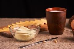 Sorterade mejeriprodukter mjölkar, ost, lantlig stilleben för smör på tabellen arkivfoton