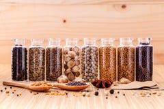 Sorterat av kryddan buteljerar smaktillsatsen Royaltyfria Bilder