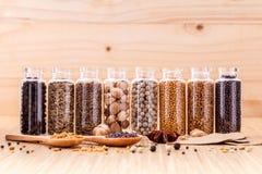 Sorterat av kryddan buteljerar smaktillsatsen Royaltyfri Fotografi