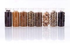 Sorterat av kryddan buteljerar smaktillsatsen Royaltyfri Foto
