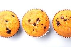 Sorterat med läckra hemlagade muffin med russin och choklad som isoleras på vit bakgrund muffiner Top beskådar royaltyfria bilder