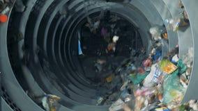 Sorterend huisvuilmateriaal die bij een recyclingsinstallatie werken 4K stock video