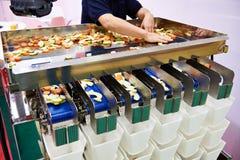 Sortering- och emballagemaskin av skivade fruktgrönsaker arkivbild