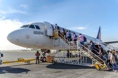 Sortez de l'avion, aéroport de Dumaguete Photographie stock libre de droits