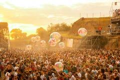 Sortez le festival 2015 - serrez-vous dans le lever de soleil sur l'étape de danse du DJ Photos libres de droits