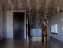 Sortez les escaliers en bois au premier étage de la maison Image libre de droits