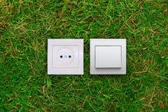 Sortie électrique et commutateur léger sur une herbe photos libres de droits