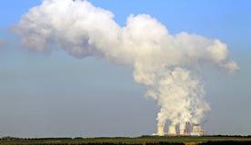 Sortie de charbon, nuage de fumée d'une centrale avec des tours de bétail et nuage photo libre de droits