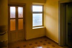 Sortie de fenêtre d'ascenseur et de porte photographie stock libre de droits
