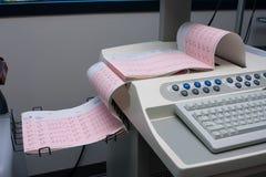 Sortie de lecture de papier d'électrocardiogramme Photographie stock libre de droits
