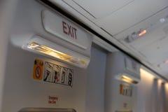 Sortie de secours et lumière dans la cabine d'aéronefs Image stock
