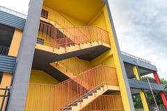 Sortie de secours externe jaune du nouveau bâtiment à multiniveaux de stationnement photos stock