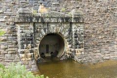 Sortie du barrage du réservoir de stylo-y-Garreg Image stock