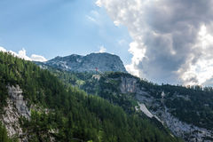 Sortie gigantesque de caverne - vue de vallée photo stock