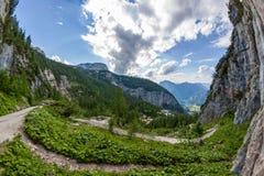 Sortie gigantesque de caverne - vue de vallée image stock