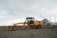 Sortierer, der Kies auf Baustelle planiert stockfotografie
